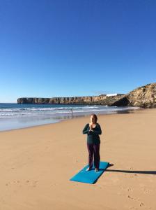 skön Yoga och meditation på stranden i Algarve portugal